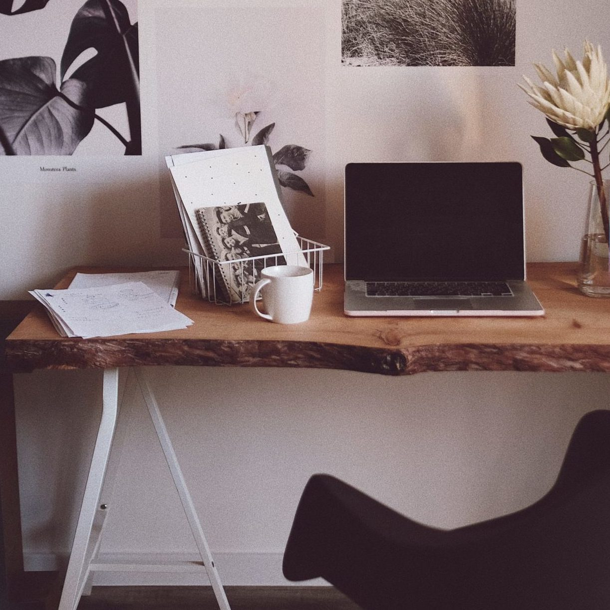 design-of-workplace-in-living-room-4494459